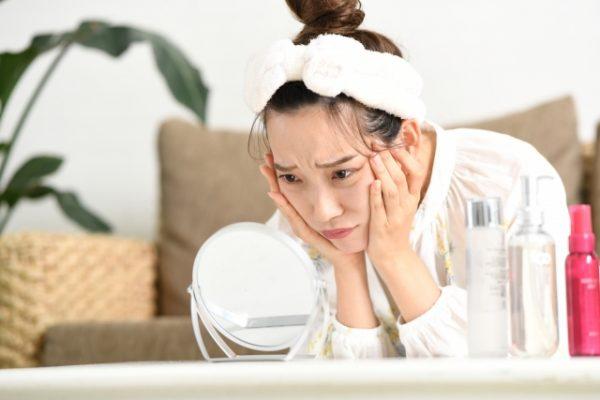 マスクを着用することによる肌荒れですが、まず摩擦が原因となります。マスクを着用しているときは、基本的には顔にピッタリとフィットしていると感じることでしょう。